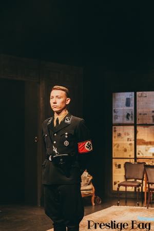 Aktor Rafał Mohr w roli oficera SS